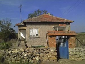 Country house with garage and spacious garden 15 km from sea