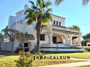 Villa with large garden and private pool on the seaside