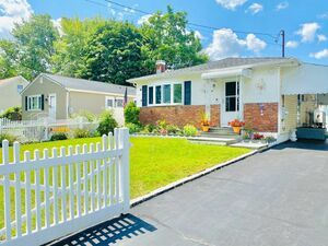 Beautiful 3 beds 1 bath house for rent in Deer Park