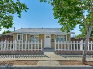 Super cute 2 beds 1 bath house for rent in San Diego